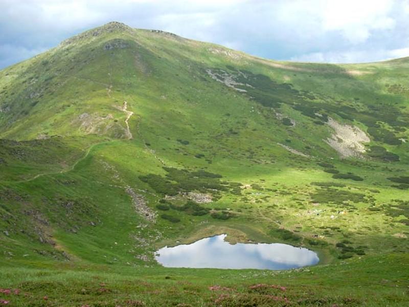 Карпатські озера за способом виникнення поділяються на льодовикові, вулканічні та завальні.  Серед туристів