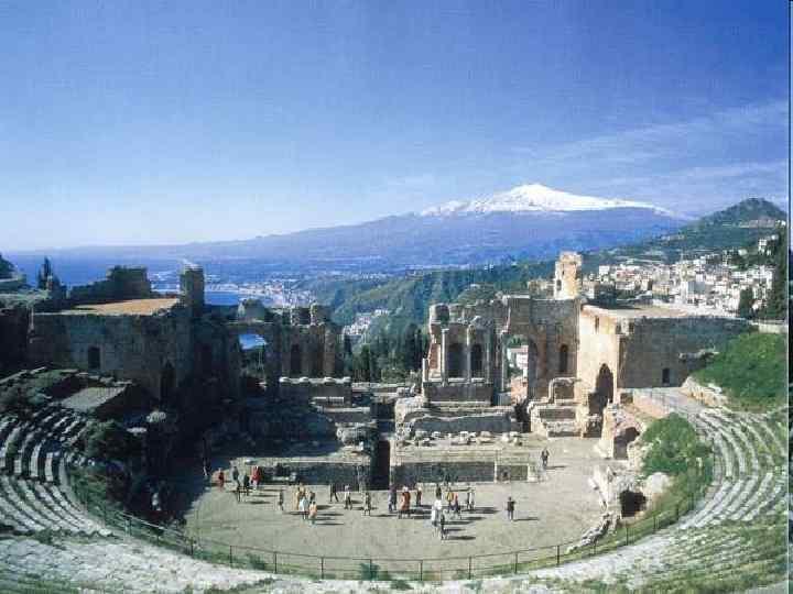 Античный театр вмещал огромное количество зрителей (Афинский театр, до 17 тыс. чел).