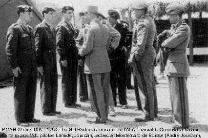 PMAH 27ème DIA - 1958 - Le Gal Redon, commandant l'ALAT, remet la Croix