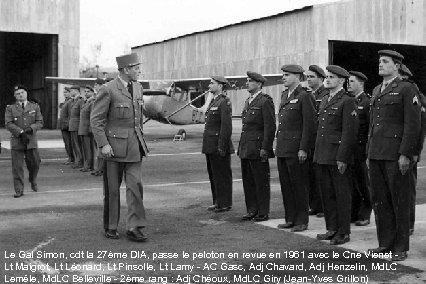 Le Gal Simon, cdt la 27ème DIA, passe le peloton en revue en 1961