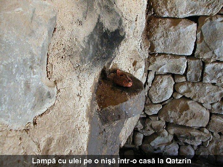 Lampă cu ulei pe o nişă într-o casă la Qatzrin