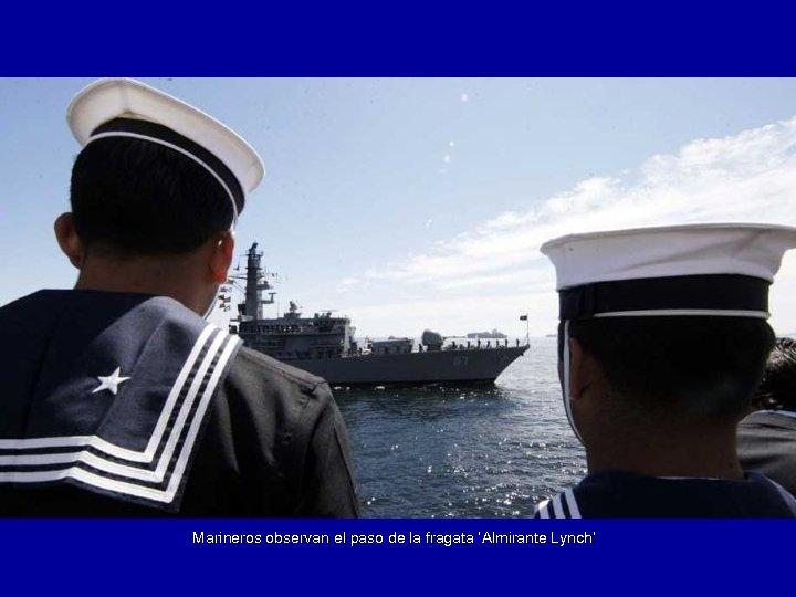 Marineros observan el paso de la fragata 'Almirante Lynch'