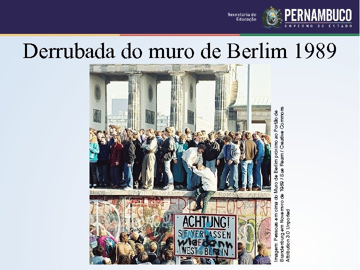 Imagem: Pessoas em cima do Muro de Berlim próximo ao Portão de Brandenburg em