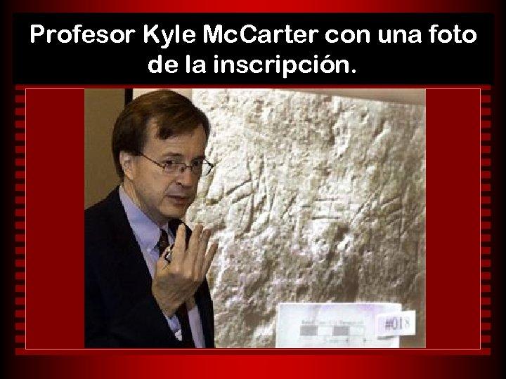 Profesor Kyle Mc. Carter con una foto de la inscripción.