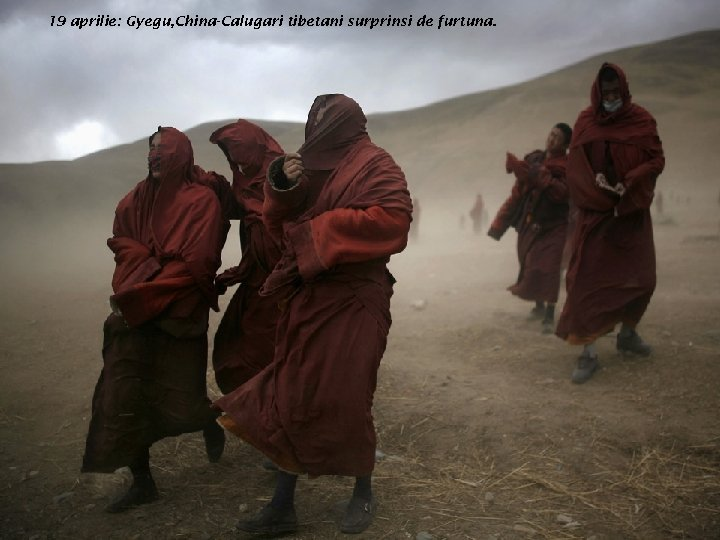 19 aprilie: Gyegu, China-Calugari tibetani surprinsi de furtuna.