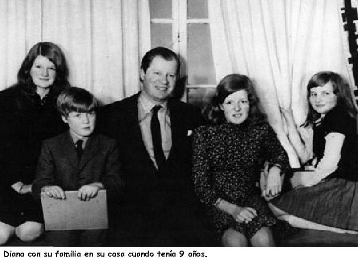 Diana con su familia en su casa cuando tenía 9 años.