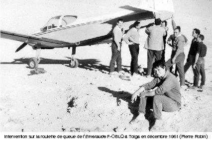 Intervention sur la roulette de queue de l'Emeraude F-OBLQ à Tolga en décembre 1961