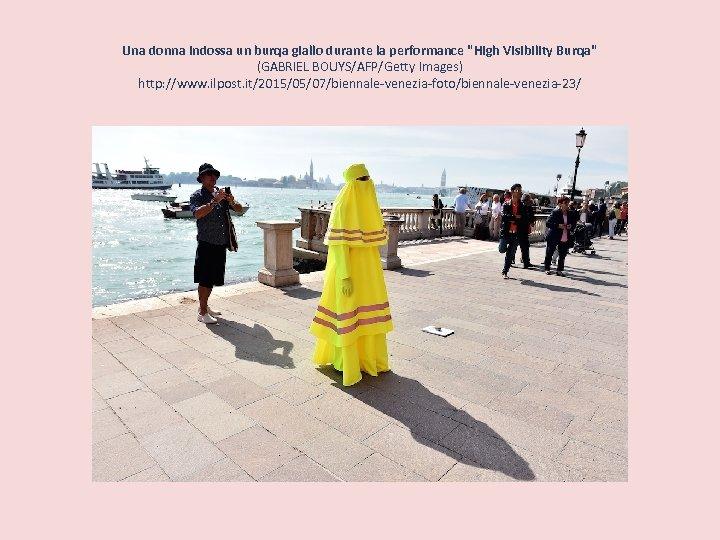 Una donna indossa un burqa giallo durante la performance
