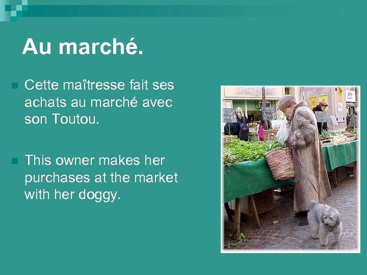 Au marché. n Cette maîtresse fait ses achats au marché avec son Toutou. n