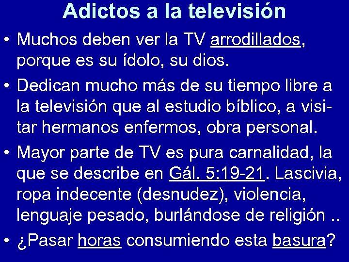 Adictos a la televisión • Muchos deben ver la TV arrodillados, porque es su